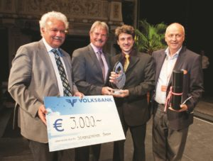 Camilo Santostefano, conductor of the Musica Quantica, receives the first prize - © foto Schoerg